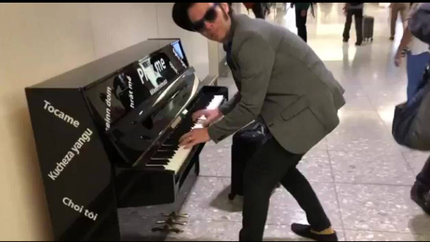 VIDEO: Gaz Coombes Plays Supergrass - Alright At Heathrow