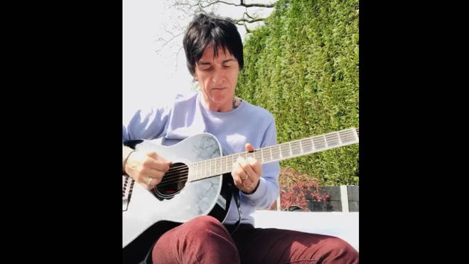 Johnny Marr treats fans to rendition of The Smiths Cemetery Gates on guitar