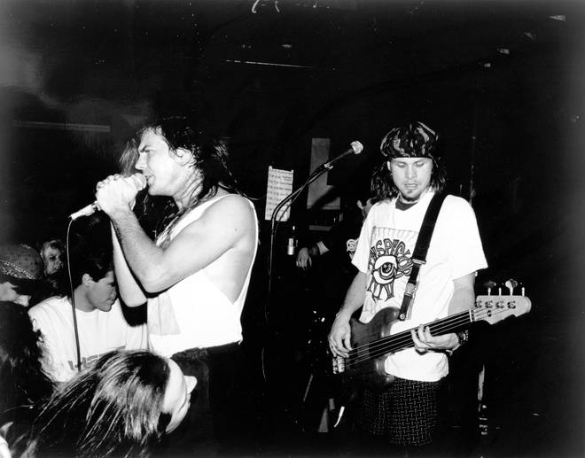 Pearl Jam performing at the Off Ramp Cafe, Seattle om 26 February 1991. According to fan lore, this gig saw the cast of cult grunge film Singles meet each other for the first time