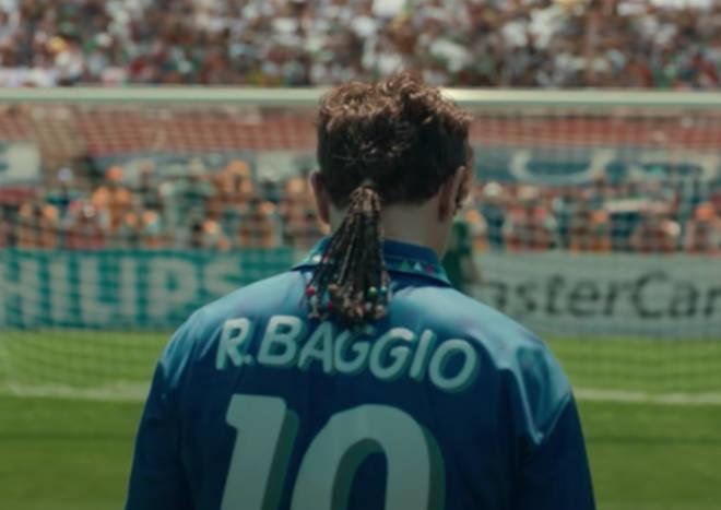 Andrea Arcangeli indossa un'inconfondibile coda di cavallo mentre interpreta Roberto Baggio in Baggio: The Divine Ponytail